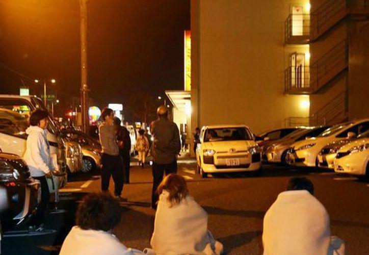 Personas se reúnen frente a un hotel en Kumamoto, Japón, después del terremoto que registro en el país. (Agencias)