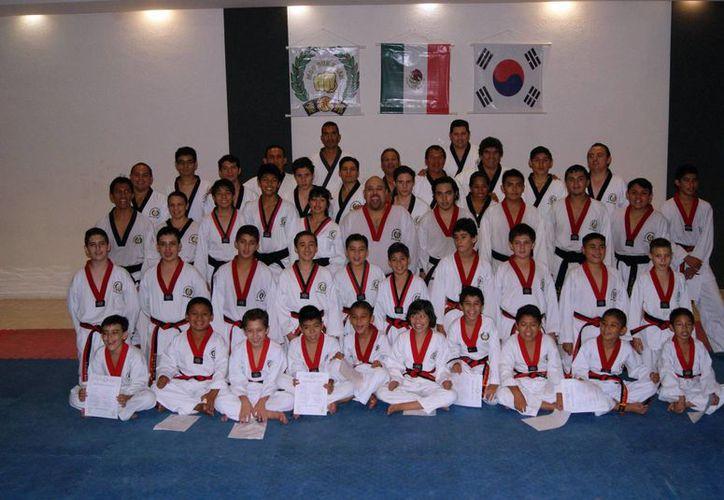 Entre los 17 graduados de Yucatán destacó el profesor  Francisco Javier Solís Paz, quien ya es cinta negra en quinto dan. (Milenio Novedades)