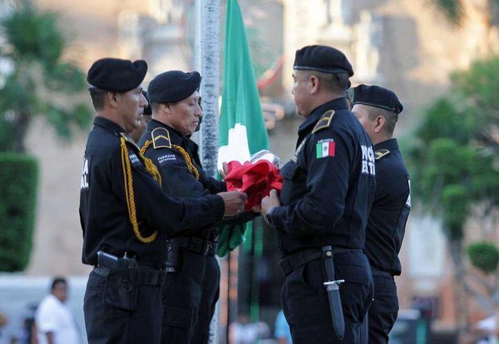 Autoridades civiles y militares de Yucatán realizaron, en la Plaza Grande de Mérida, una ceremonia en honor a las víctimas de los sismos de 1985 en la Ciudad de México. (Cortesía)