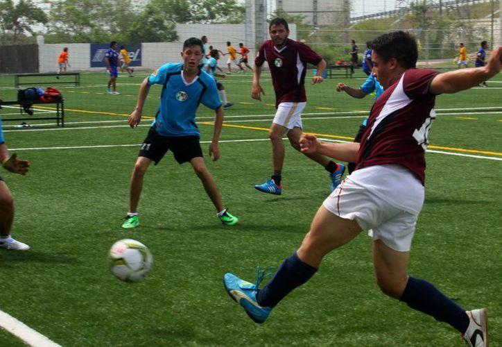 Acciones del torneo de futbol que organizó el diputado Francisco Torres Rivas. (Cortesía)