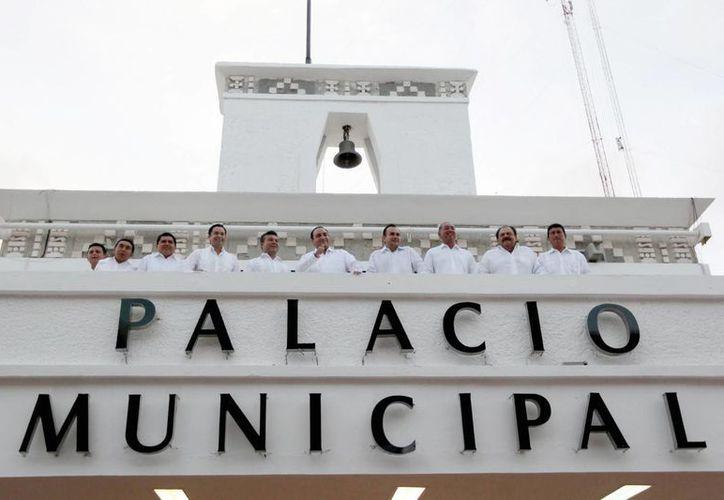 Ayer durante la sesión solemne, el alcalde, Mauricio Góngora Escalante, estuvo acompañado de autoridades de todo el estado.  (Redacción/SIPSE)