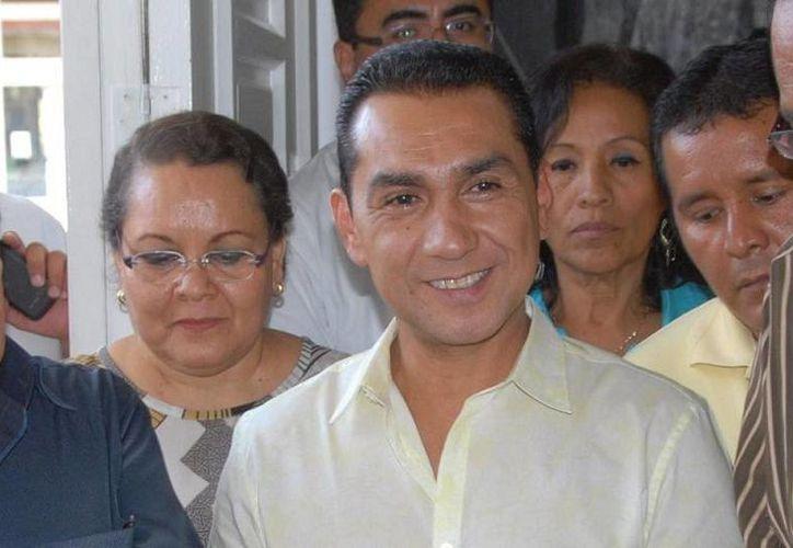 El alcalde con licencia de Iguala, hoy prófugo, José Luis Abarca, es buscado por la violencia que derivó en la desaparición de 43 normalistas. (iguala.gob.mx/Foto de archivo)