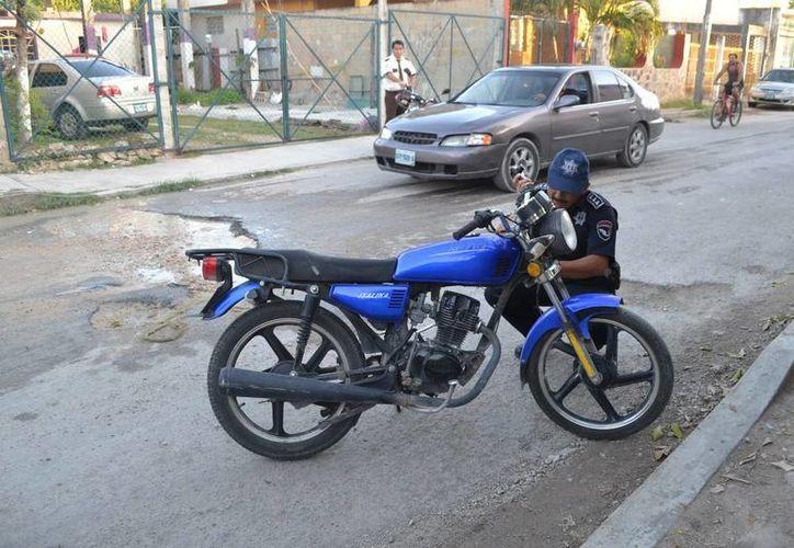 El motociclista no pudo controlar su vehículo y se accidentó. Vecinos aseguran que no es el primero que ocurre. (Redacción/SIPSE)