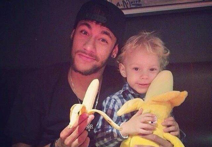 Neymar y su hijo subieron una fotografía con su plátano, uno de verdad y el otro de peluche. (Tomada de Twitter)