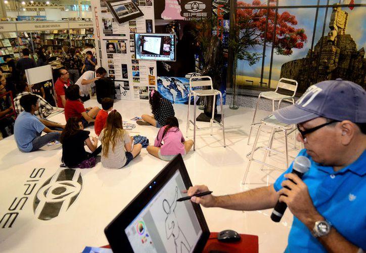 Roberto Franco impartió un taller ilustrativo para niños, en el stand del Grupo SIPSE.(Daniel Sandoval/Milenio Novedades)
