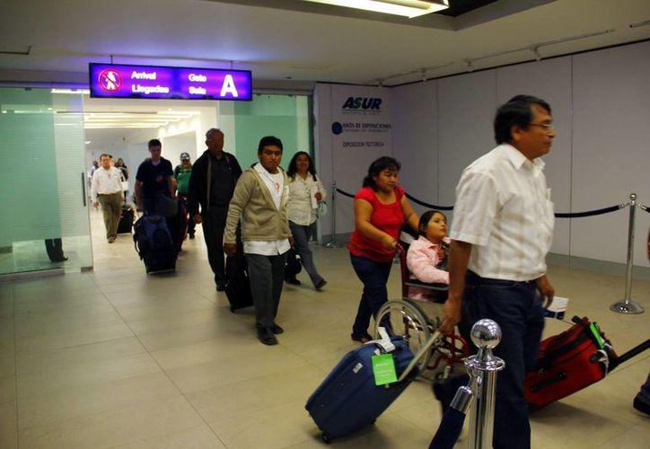 Unos 200 viajeros llegan cada hora, en la terminal aérea de Mérida. En 2017 aumentará a 10 vuelos por día. (Milenio Novedades)