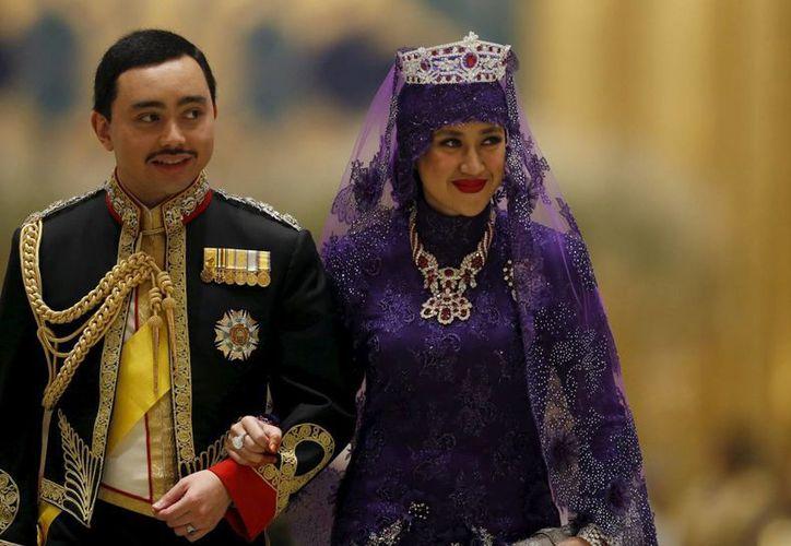 El príncipe Abdul Malik con su flamante esposa al llegar al banquete que se ofreció en el Palacio Real de Brunei tras su boda. (Reuters)
