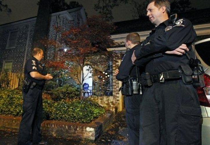La FBI custodia fuertemente la casa de la ex amante de David Petraeus. (Agencias)