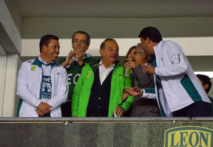 Carlos Slim (c) observó desde un palco del estadio Nou Camp la victoria del conjunto esmeralda, del que es co-propietario. (jammedia.com)