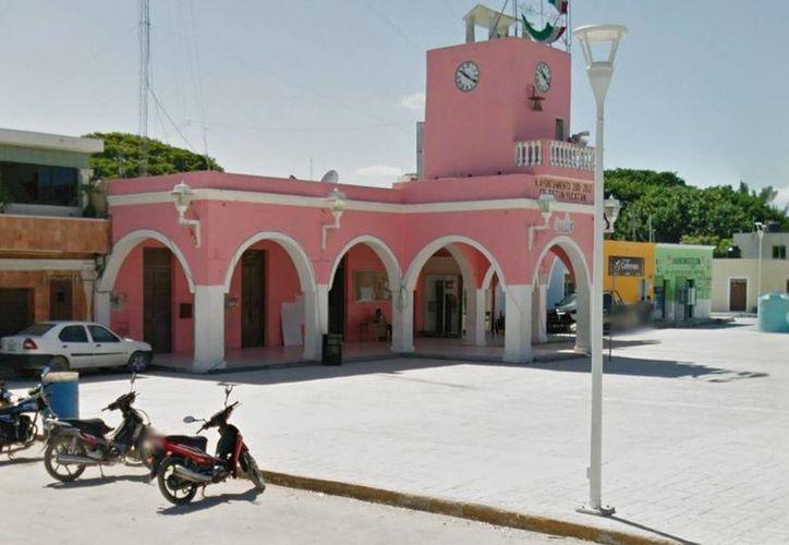Durante la noche pobladores tomaron el palacio municipal de Celestún como protesta contra la alcaldesa Rosa Alba Acosta Narváez. (Milenio Novedades)