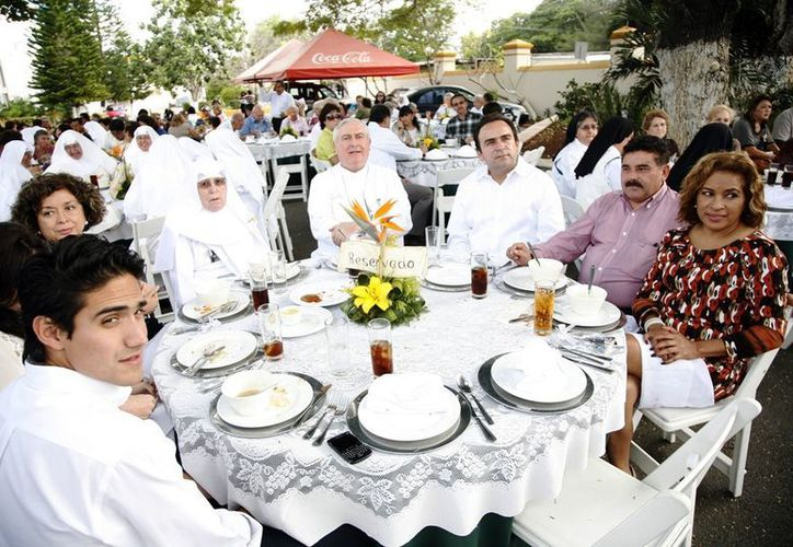 Luego de la misa se ofreció a los invitados una comida. (Milenio Novedades)