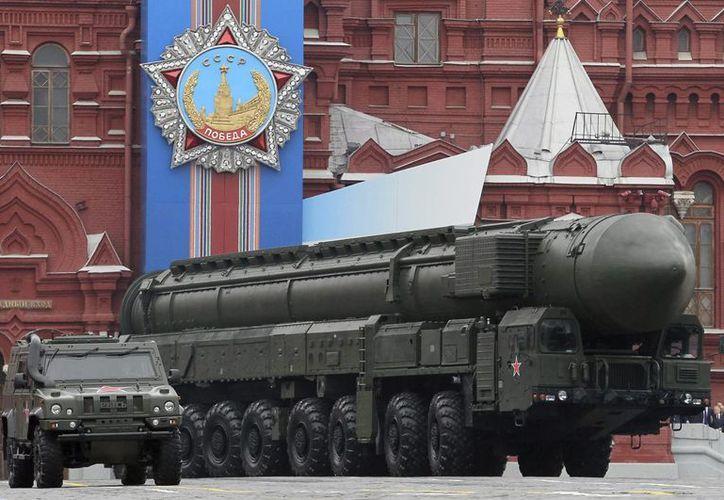 """Imagen de un misil balístico """"Tópol"""" en un desfile en la Plaza Roja, como el que lanzó este martes Rusia. (EFE/Archivo)"""