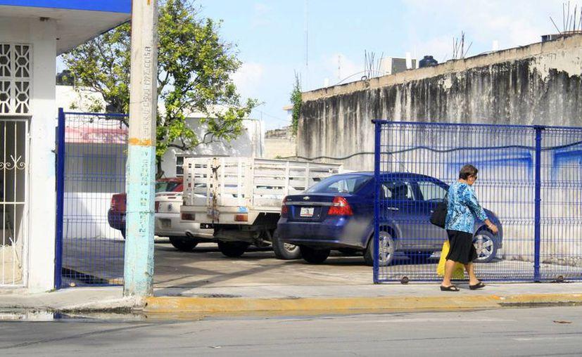 En la capital del estado existen alrededor de 15 estacionamientos públicos de paga. (Harold Alcocer/SIPSE)