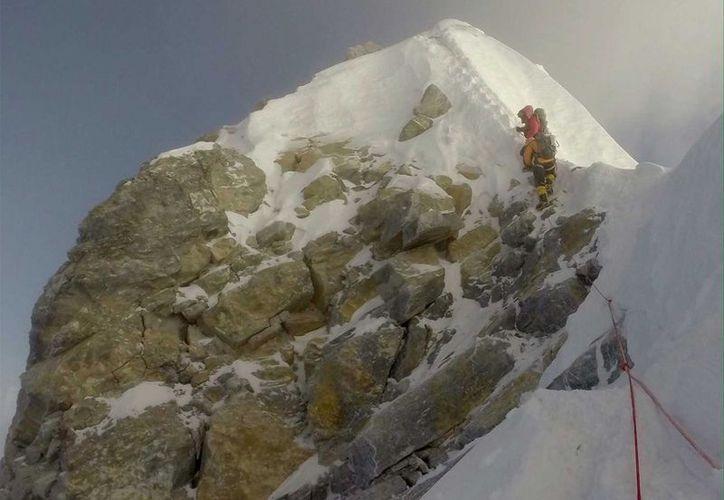Un alpinista registró que una parte del Monte Everest se derrumbó. (Everest Expedition/Facebook)
