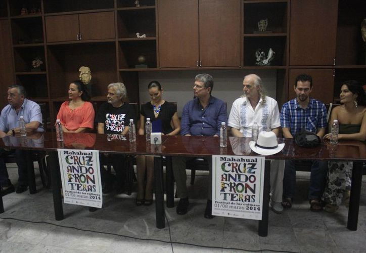 El comité organizador del festival durante una conferencia de prensa. (Harold Alcocer/SIPSE)