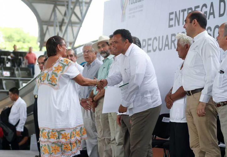 El gobernador Rolando Zapata Bello entregó insumos en beneficio de más de seis mil 560 trabajadores de diversos sectores, en el recinto de la Feria de Xmatkuil. (SIPSE)