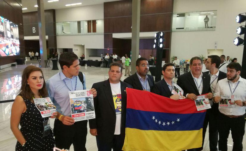 Un grupo de legisladores venezolanos se manifestaron ayer, en el último día de la Asamblea General de la OEA en Cancún. (Alejandro García/SIPSE)
