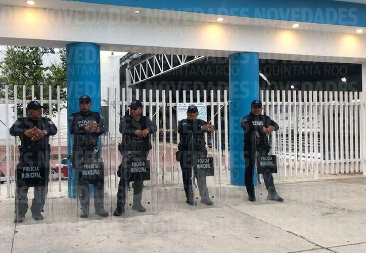 Elementos de la Policía Estatal Preventiva resguardaron también la entrada posterior del gimnasio Nohoch Suku'n. (Claudia Martin/SIPSE)