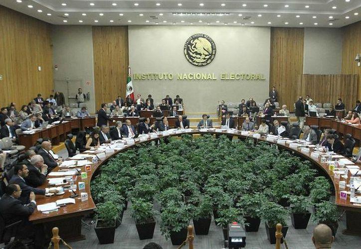 Del presupuesto total avalado por el INE, uno de cada cuatro pesos será para financiar a los partidos. Imagen de una sesión del Instituto. (Archivo/Notimex)