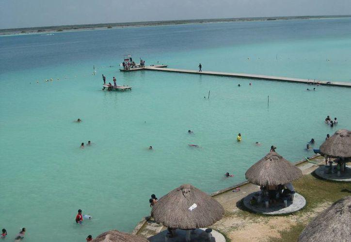 Los prestadores de servicios turísticos de Bacalar esperan que el cambio de huso horario beneficie su economía. (Javier Ortiz/SIPSE)