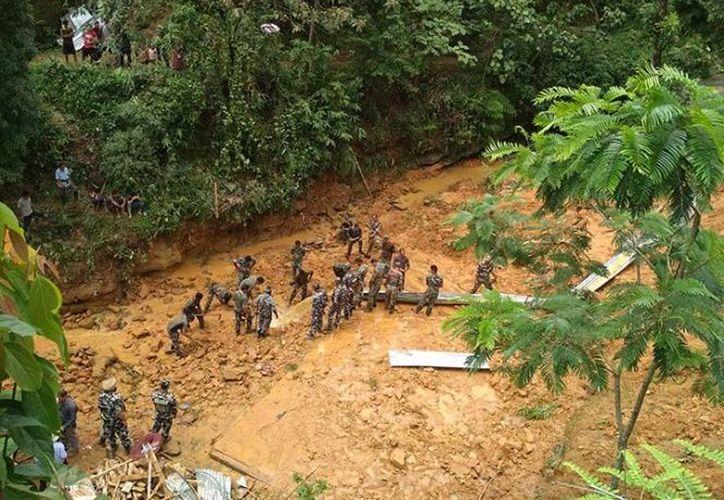 Los socorristas llegaron a la aldea de Tamenglong para apoyar a los residentes. (excelsior.com)
