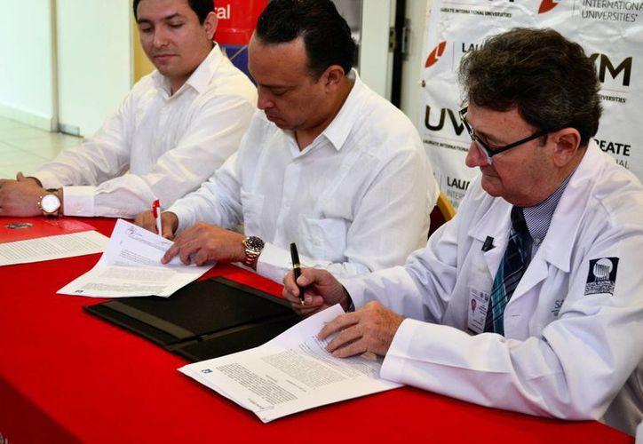 En la firma del convenio estuvieron representantes de la Universidad del Valle de México y del Hospital Regional de Alta Especialidad de la Península de Yucatán. (Daniel Sandoval/ Milenio Novedades)
