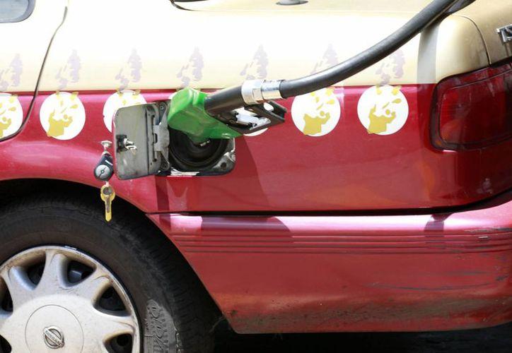 En la recién aprobada Ley de Ingresos se plantea que el impuesto por litro sea de 4.16 pesos para la Magna, 3.52 pesos para la Premium y 4.58 pesos para el Diesel. (Archivo/Notimex)