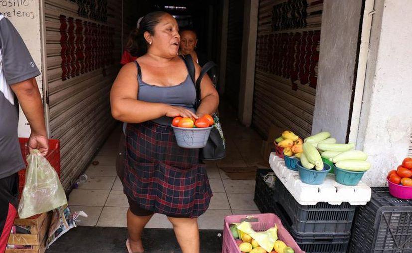 Ahora se solicita que por familia sea una sola persona la que acuda a realizar las compras. (Foto: Victoria González Chablé)