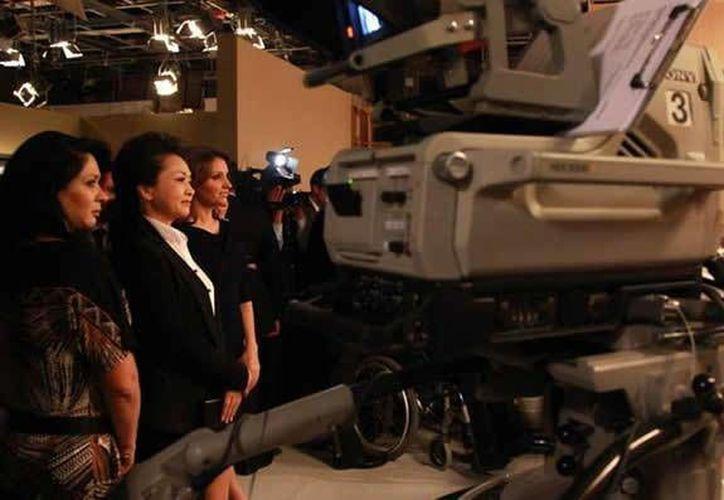 En su juventud Peng Liyuan (segunda desde la izquierda) era cantante, mientras que Angélica Rivera (d) era actriz. (Facebook)