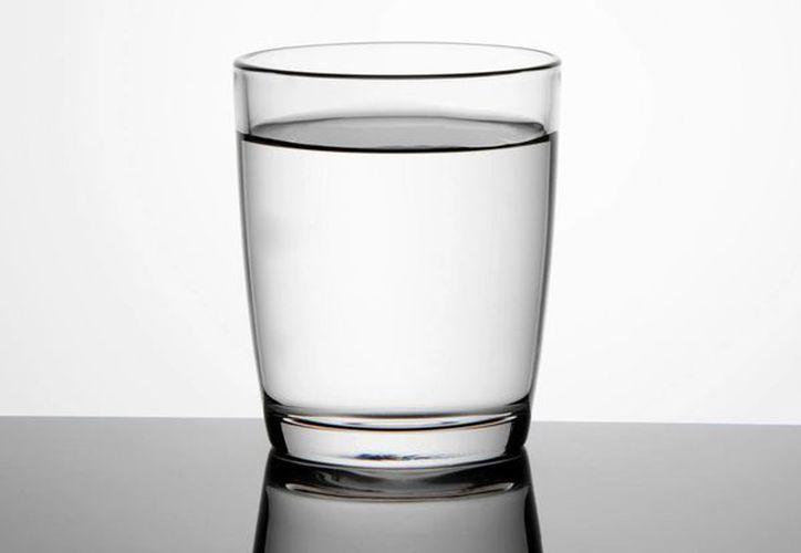 Aconsejan beber agua templada para evitar problemas a largo plazo. (imujer.com)