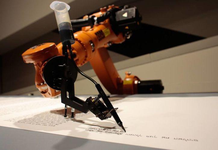 El robot escritor de la Torá fue creado por el grupo artístico alemán robotlab. (Agencias)