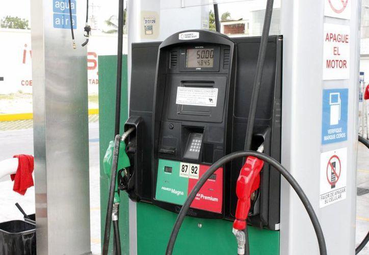 Este año, los aumentos mensuales a los combustibles serán de 9 centavos. (Archivo/Notimex)