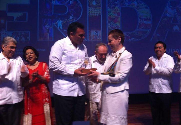 La investigadora Galina Ershova recibió la medalla de manos del gobernador de Yucatán, Rolando Zapata Bello. (Twitter/Luis Hevia)
