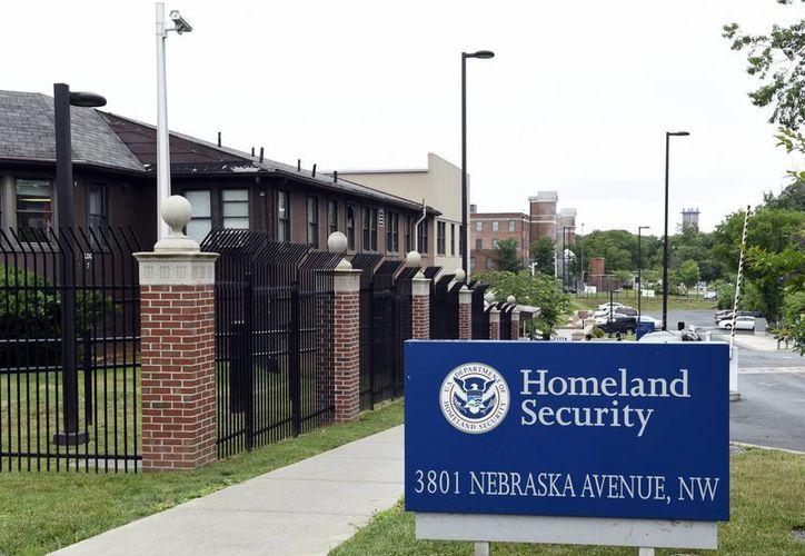 Imagen del 5 de junio de 2015, de las instalaciones del Departamento de Seguridad Nacional en Washington. El gobierno de Estados Unidos otorgó por error la ciudadanía a por lo menos 858 inmigrantes que tenían pendientes órdenes de deportación, de acuerdo a una auditoría de Seguridad Nacional difundida el lunes 19 de septiembre de 2016. (Foto AP/Susan Walsh)