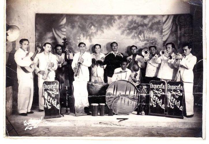 En Izamal se ha montado una exposición de fotos en blanco y negro, del siglo XX, correspondientes a familias de Tetiz y Ticul. (Fotos: cortesía de Sedeculta)