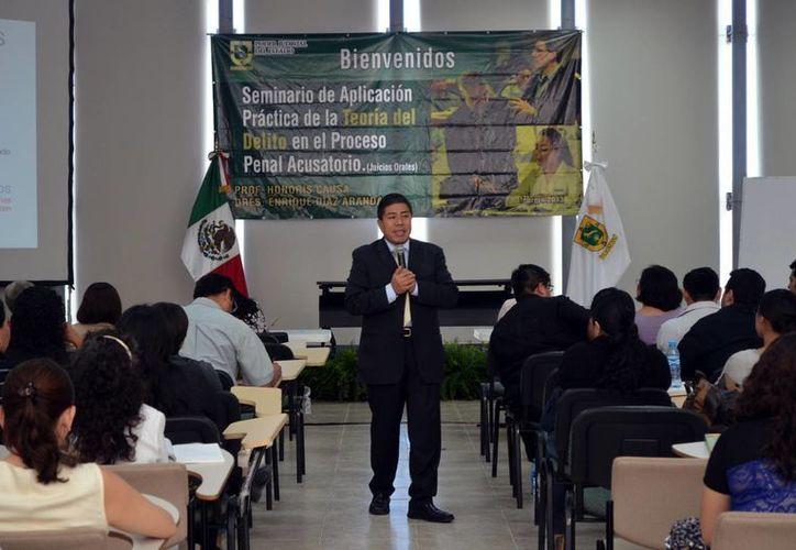 El doctor Honoris Causa Enrique Díaz Aranda impartió el seminario. (SIPSE)