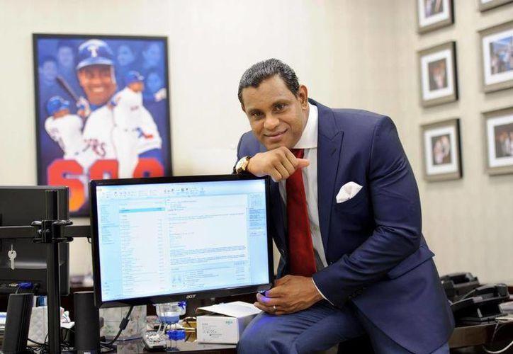 Actualmente, Sosa se desempeña como hombre de negocios en bienes raíces y la construcción, pero extraña el béisbol. (Facebook oficial)