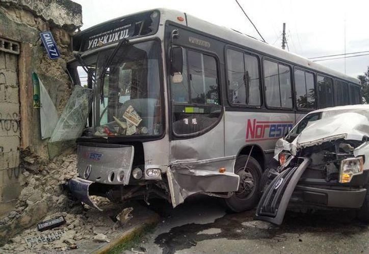 El autobús, la camioneta y el predio involucrados en el choque sufrieron severos daños. (Jorge Sosa/SIPSE)