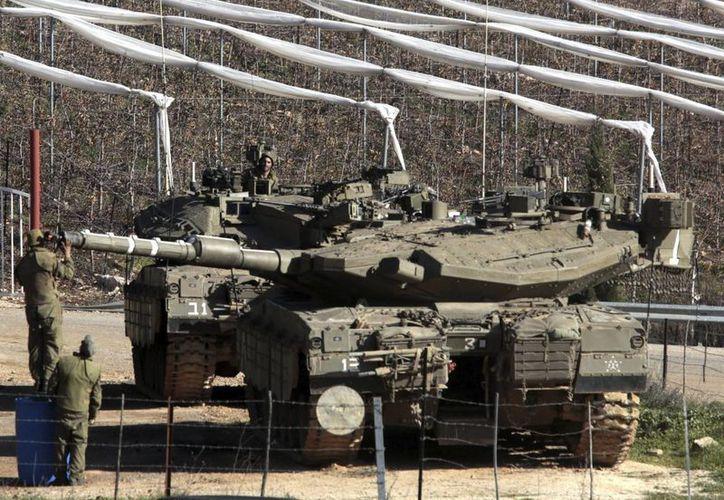 Soldados ajustan el cañón de un tanque al norte de Israel cerca de la frontera con Líbano. (Archivo/EFE)