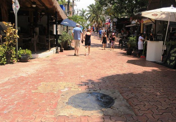 Algunos turistas se ensuciaron los pies de las aguas negras. (Octavio Martínez/ SIPSE)