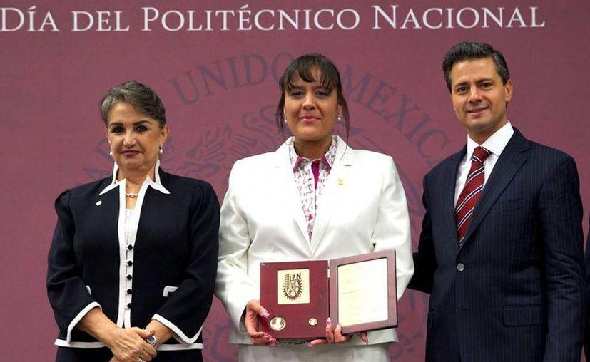 """El Presidente entregó la presea """"Lázaro Cárdenas"""" a estudiantes distinguidos del IPN. (presidencia.gob.mx)"""