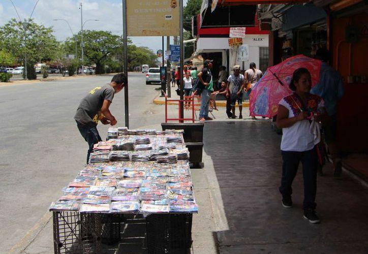 Los vendedores ambulantes deben pagar al municipio para ejercer su actividad. (Paola Chiomante/SIPSE)