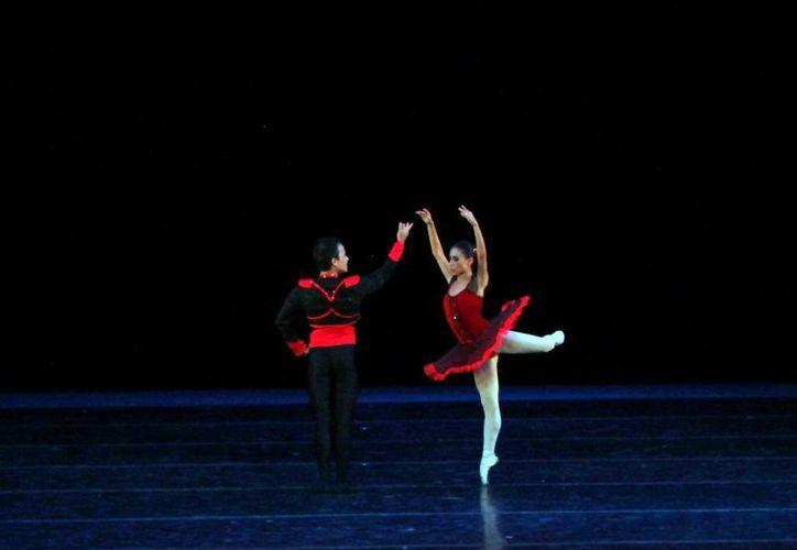Bailarines de la Compañía de Danza Clásica del Estado actúan para el público. (Milenio Novedades)