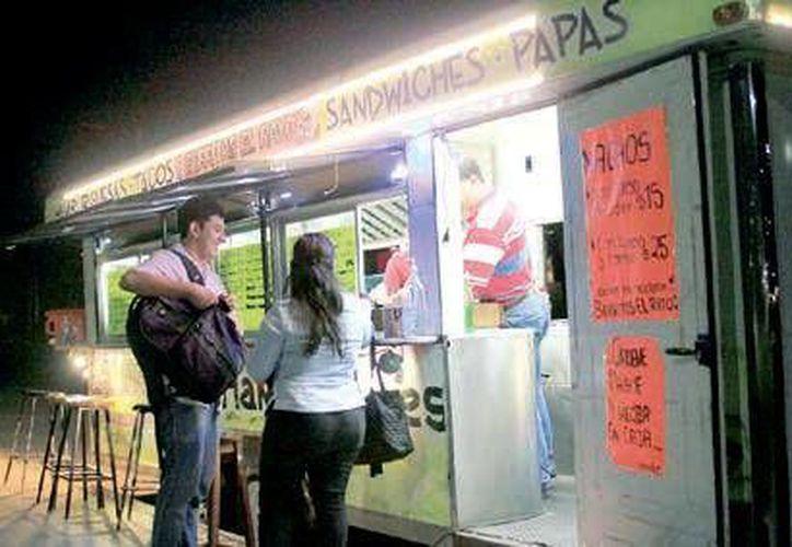 """Los """"food trucks"""" representan una alternativa ante la crisis económica, pues no existe una regulación particular para su operación. (Harold Alcocer/SIPSE)"""