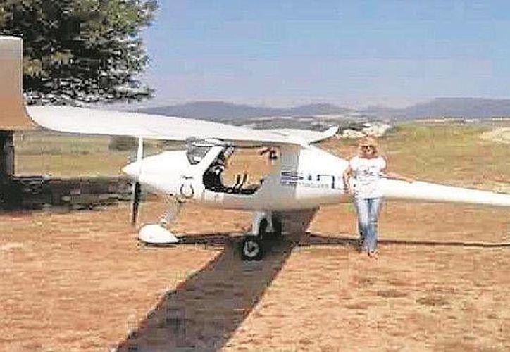 Imagen de archivo de la mujer que logró realizar un aterrizaje de emergencia después de que se esposo perdiera el conocimiento durante el vuelo. (sevilla.abc.es)