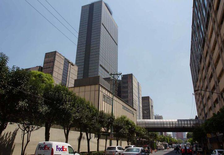 En la nómina de Pemex hay 123 mil trabajadores permanentes, de los cuales 80 % es personal sindicalizado y otras 30 mil personas son transitorias. Imagen de edificio de Pemex en la Ciudad de México. (Notimex)