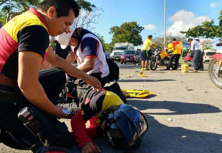El motociclista terminó en el pavimento luego de ser impactado por un vehículo, en la avenida Itzáes, a la altura de las instalaciones del Incay. (Arturo Valadez/SIPSE)