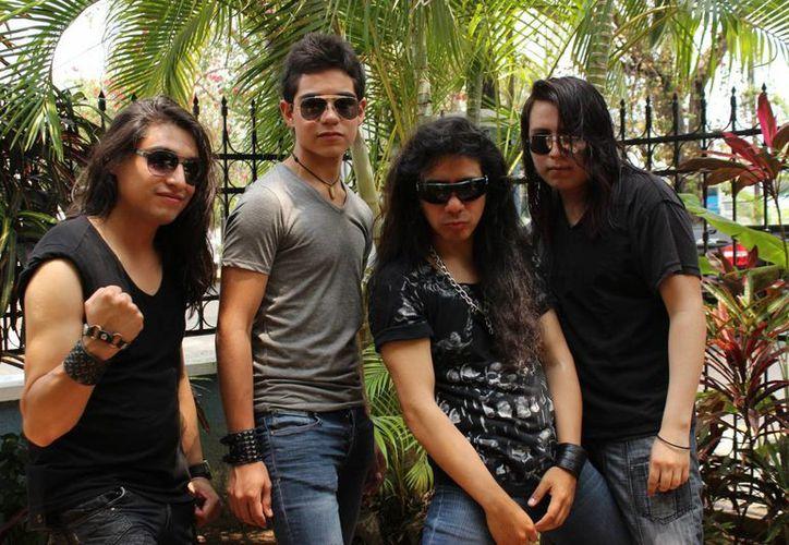 El grupo está compuesto por cuatro jóvenes: Mike Odin, vocal; Moy Drums, batería; Samm Santos guitarrista y Alan Zambrano el bajo. (Redacción/SIPSE)