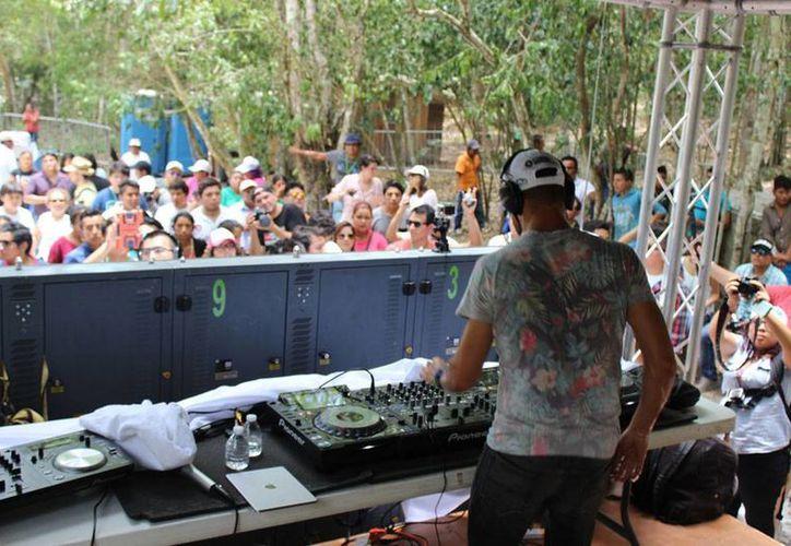 El DJ Dash Berlín ofreció un 'concierto silencioso' en la zona arqueológica de Calakmul, Campeche.