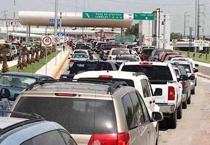 Miles de tijuanenses y de mexicanos en general esperan durante horas para poder cruzar la frontera y acudir al <i>Black Friday</i>. (Milenio)